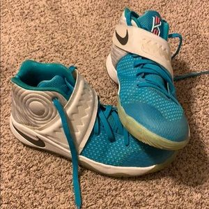 Nike Kyrie 2  youth size 7